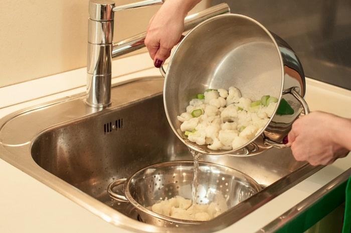 ざる洗うのめんどくさい!「鍋につけるだけ」の湯切りがあればもうざる不要!
