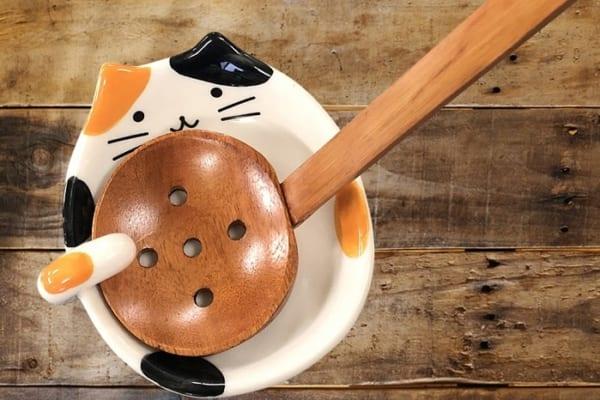 """「お玉、支えとくにゃ!」お鍋を食べる時に役立つ超カワイイ""""お玉立て""""3選"""