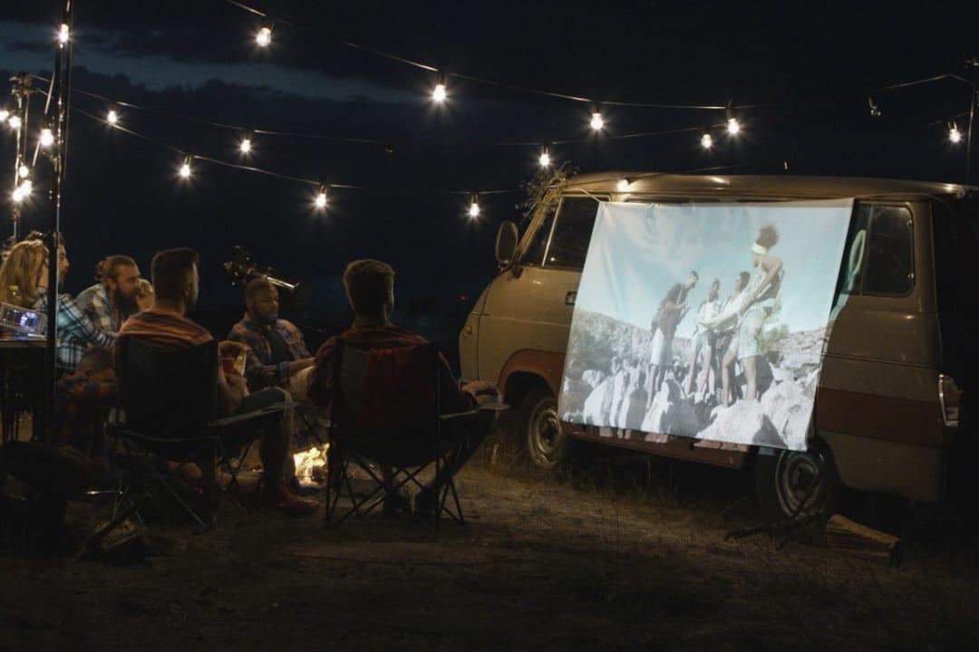 冬キャンプで映画を見よう!スマホと〇〇があれば大自然が映画館に早変わり♪
