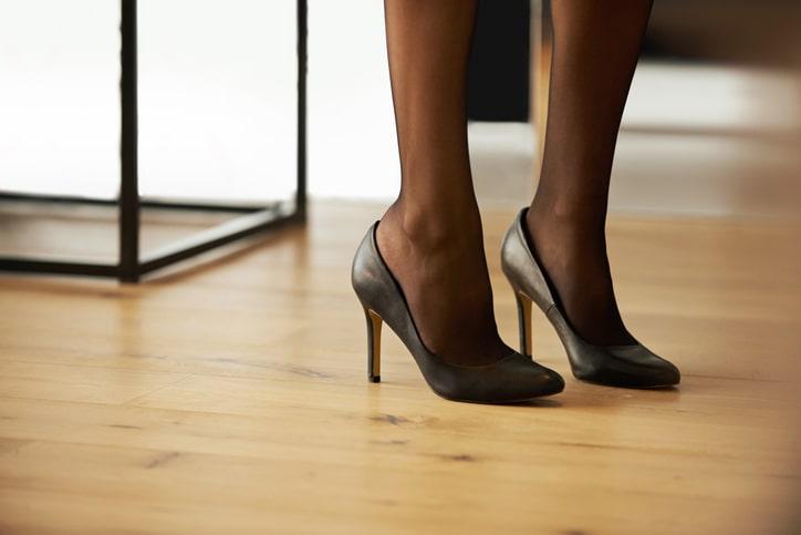 足元・靴も黒で揃える