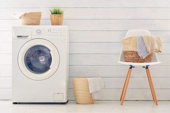 排水溝の上が収納スペースに?!「洗濯機周り」の無駄空間活用でスッキリ片付く!