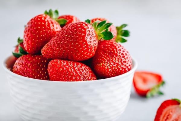 「酸っぱいイチゴを甘くする裏ワザ」が超便利!シェフ御用達の方法とは?!