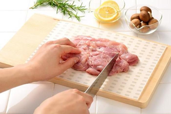 使い捨てればいいんだ!生もの調理を安心にする使い捨てまな板シートが超便利!
