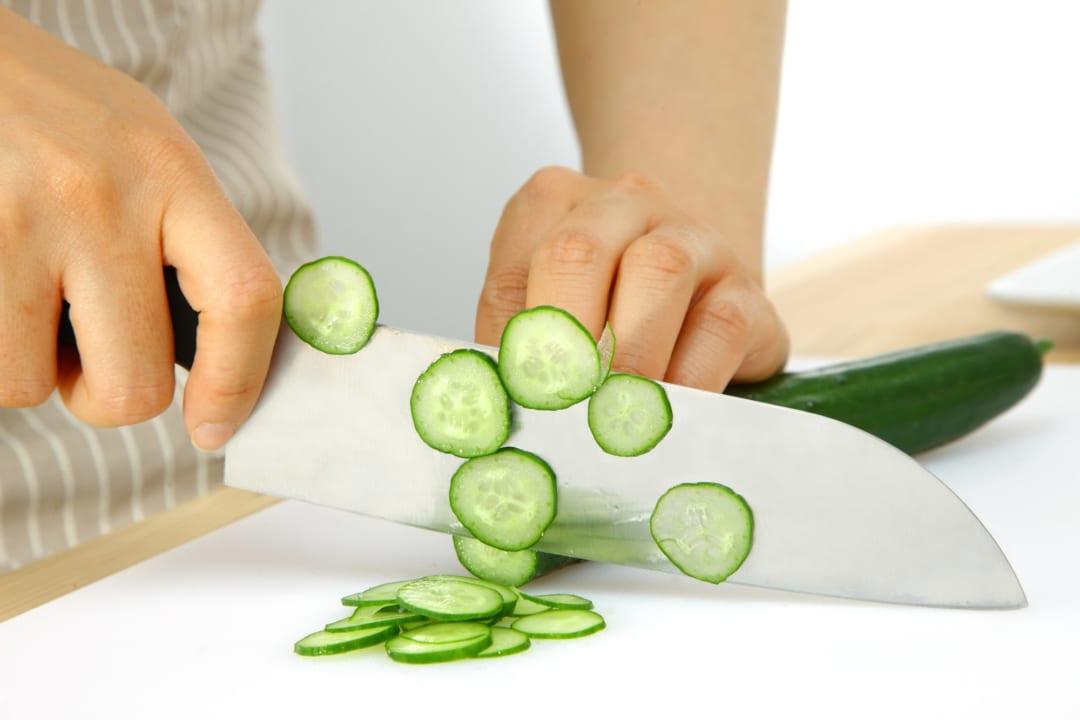 切った野菜が「包丁に貼りつかない裏ワザ」超便利!知らなきゃ損な方法とは?