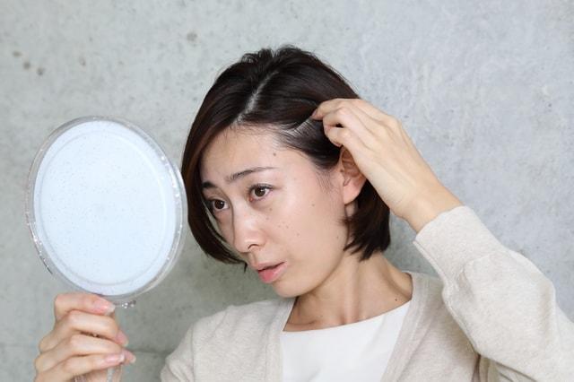 髪の毛を気にする女性