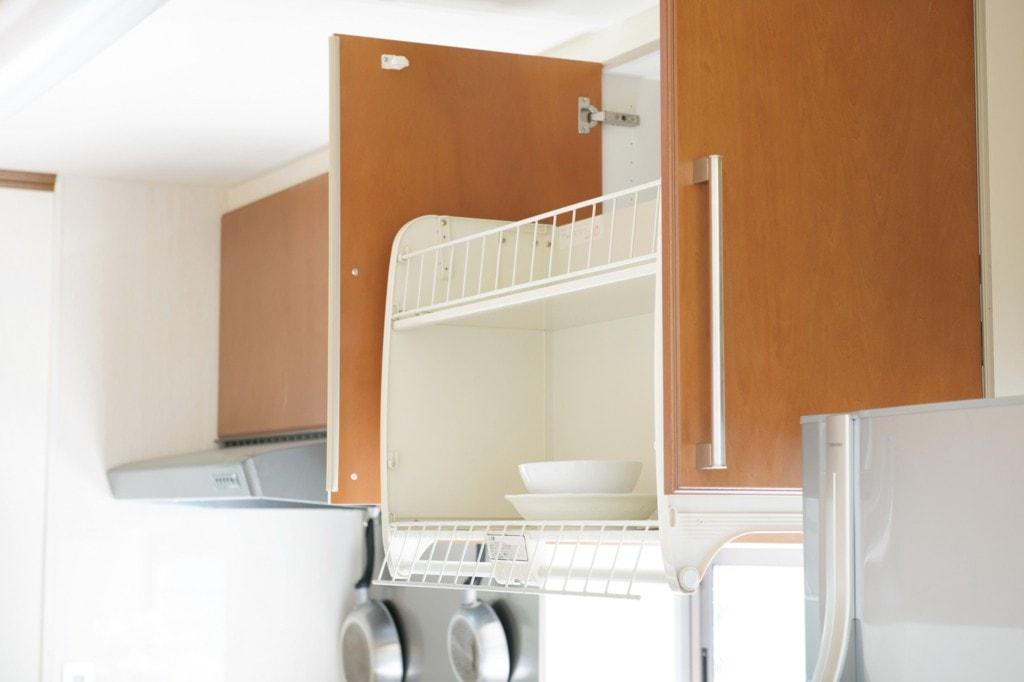 カウンターや壁に収納スペースを増設!