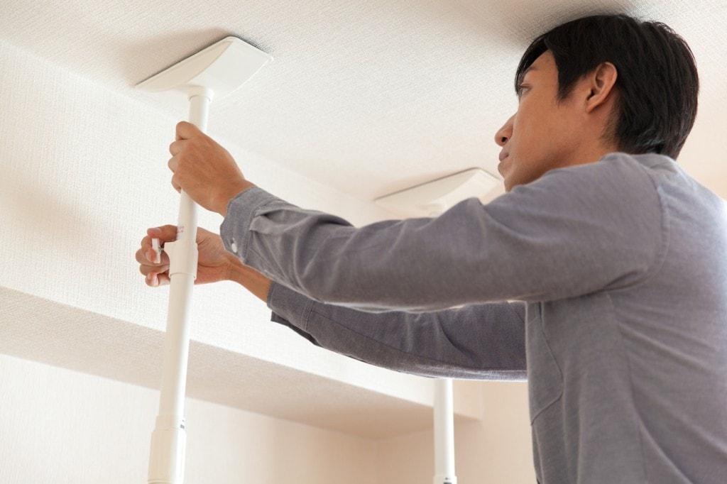 冷蔵庫の上に突っ張り棒を設置して、安全性と利便性を向上!
