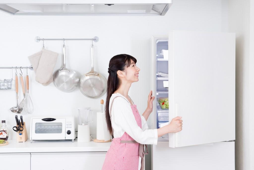 突っ張り棒で冷蔵庫の内部をスッキリ整頓!
