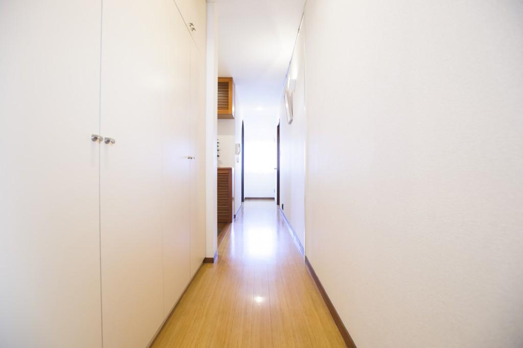 廊下の収納スペースを増やす際にも突っ張り棒は大活躍!