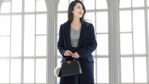 女性の魅力を最大に引き出す。スーツに合わせる、キレイめコートの選び方。