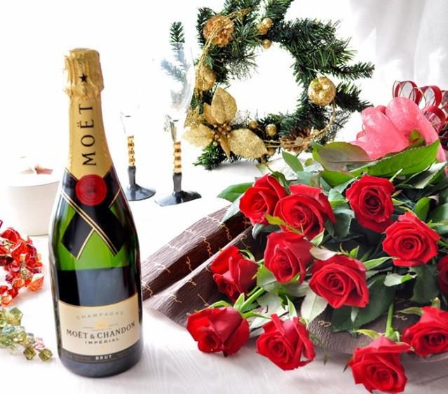 バラの花束とシャンパン