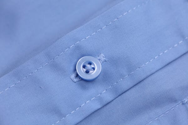 「服のボタンが取れにくくなる裏ワザ」が超便利!針と糸がいらない付け直し方も