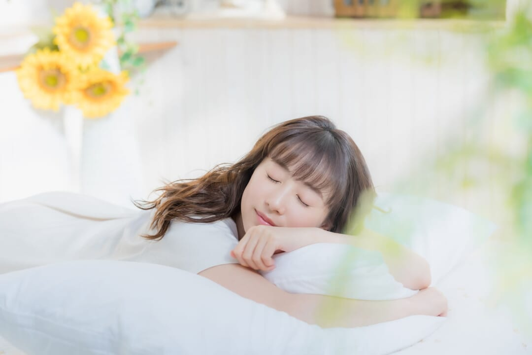 暑くて寝苦しい熱帯夜に!「布団の下に敷くだけ」で快眠できる便利グッズとは