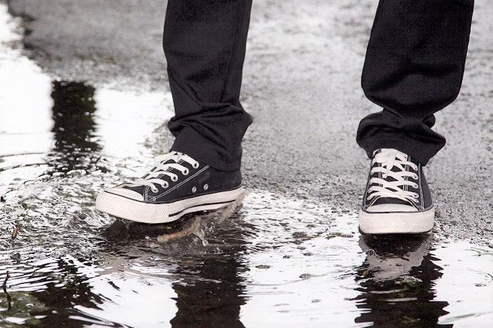 突然の雨でも「靴が濡れない」究極の便利グッズ発見!ゲリラ豪雨も怖くない!