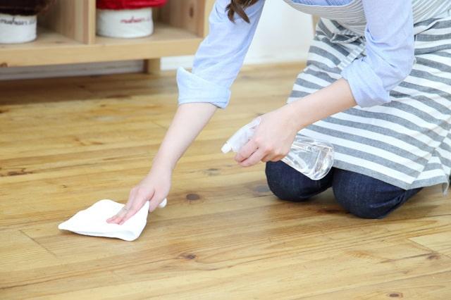 床の拭き掃除に
