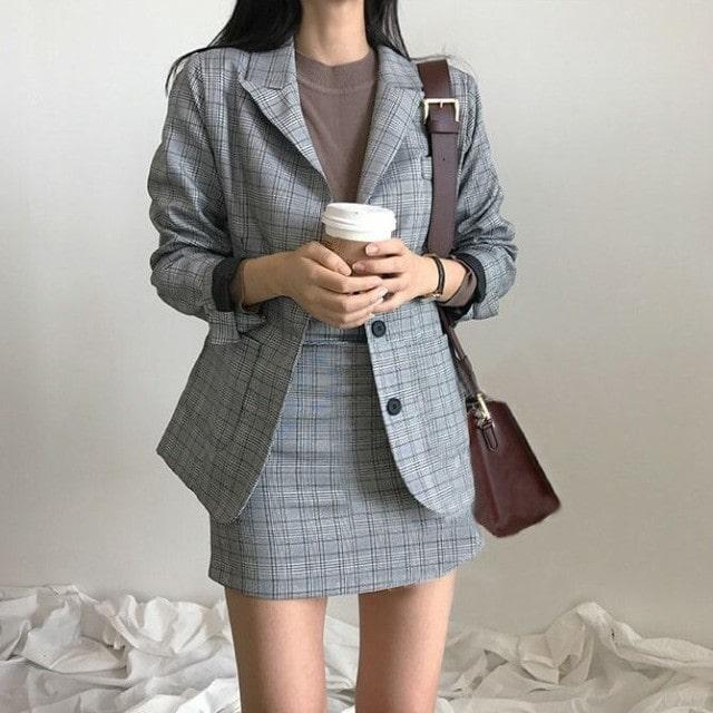 『テーラードジャケットとタイトスカートのセットアップ』