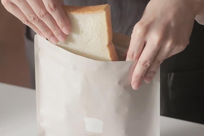 「食パンの冷凍」ラップはNG?美味しいまま保存できると大絶賛の便利グッズとは