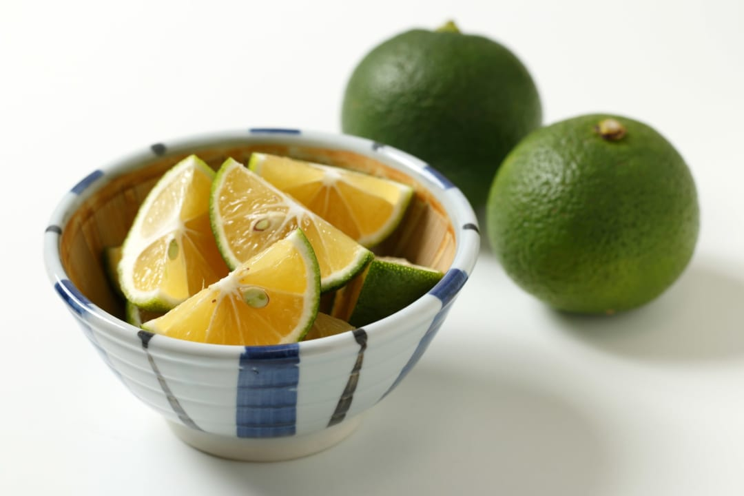すだちとかぼすの違いって?簡単な見分け方&美肌に役立つおいしい食べ方を解説