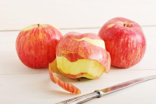 らせん状に剥くのはもう卒業!もっと簡単にリンゴの皮が剥ける裏ワザが神!