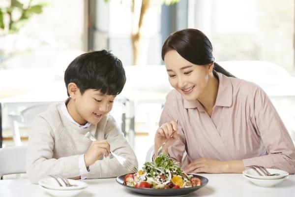 サラダを食べる親子