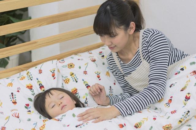 子どもを寝かしつける親