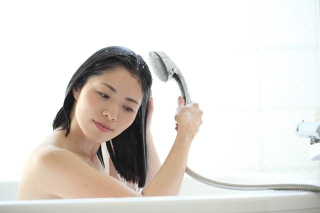 お湯で30秒〜1分ほど髪をぬらす