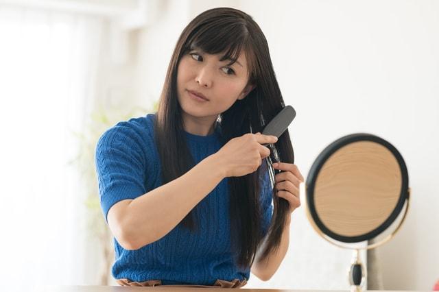 乾いた髪の毛をブラッシング