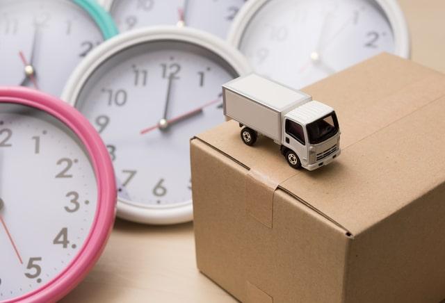 トラックとダンボールと時計