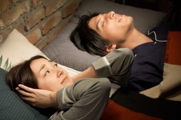 夫のいびきの原因は?いびきを防止する方法&おすすめの最新対策グッズ30選