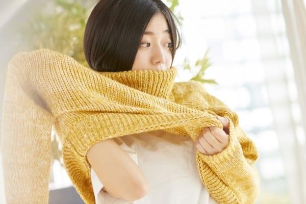 「冬服のバチバチ静電気を抑える裏ワザ」が便利すぎ!着る前に〇〇するだけ!