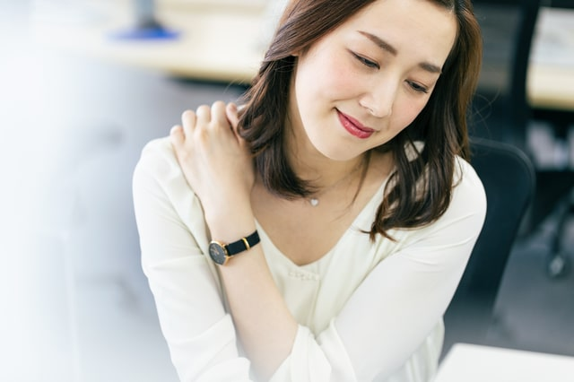 長時間のデスクワークによる肩こりは肩甲骨はがしで改善!
