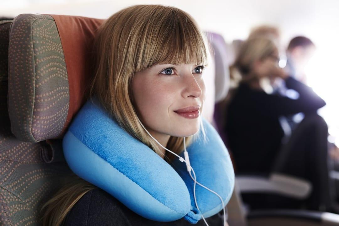 飛行機やバス移動におすすめ!ネックピローの使い方と選ぶポイント3つ