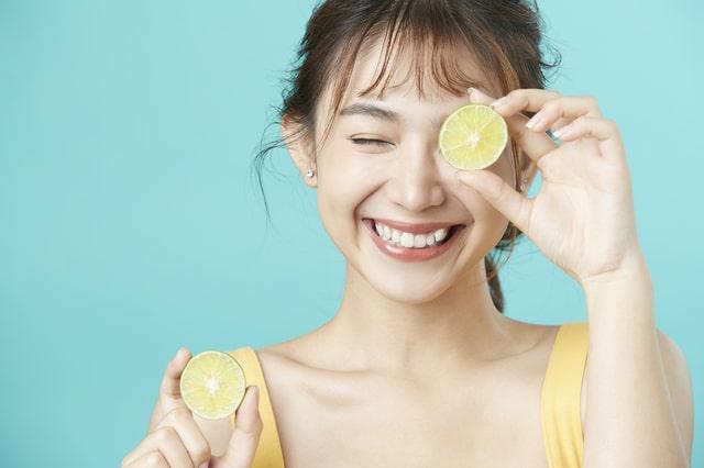 女性とレモン