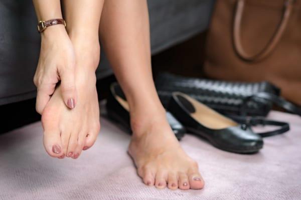 """足の指が痛い人は要注意?!""""外反母趾""""にならないために選ぶべき靴とは"""