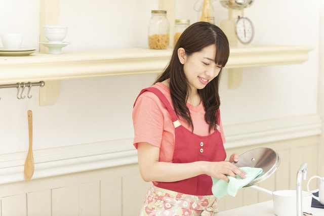 鍋を拭く女性