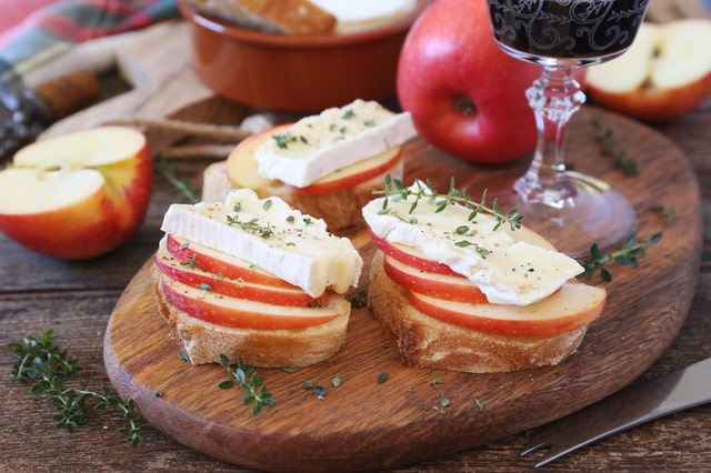 リンゴとカマンベールチーズのカナッペ