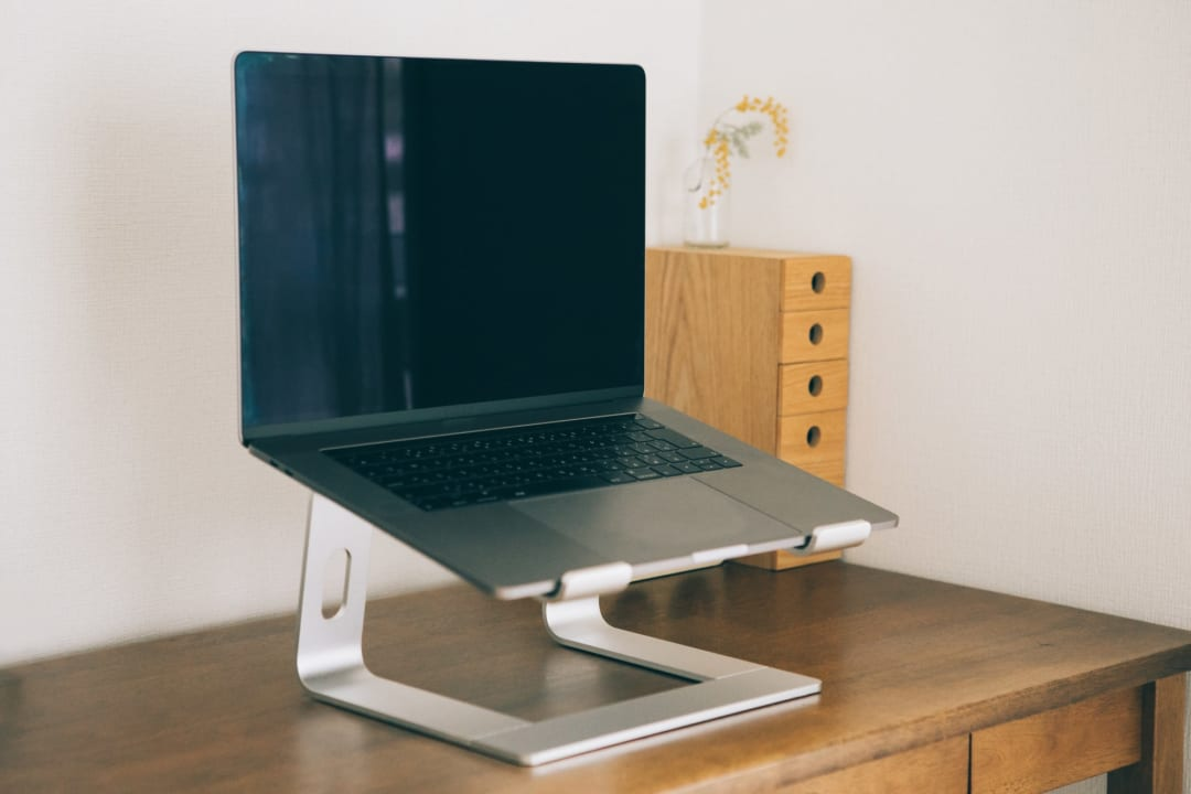 在宅勤務の肩こりがこんなに楽に?!あなどれないパソコンスタンドの効能とは