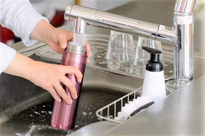 「狭い水筒を簡単に洗える裏ワザ」が超便利!手が入らなくてもOKな方法?!