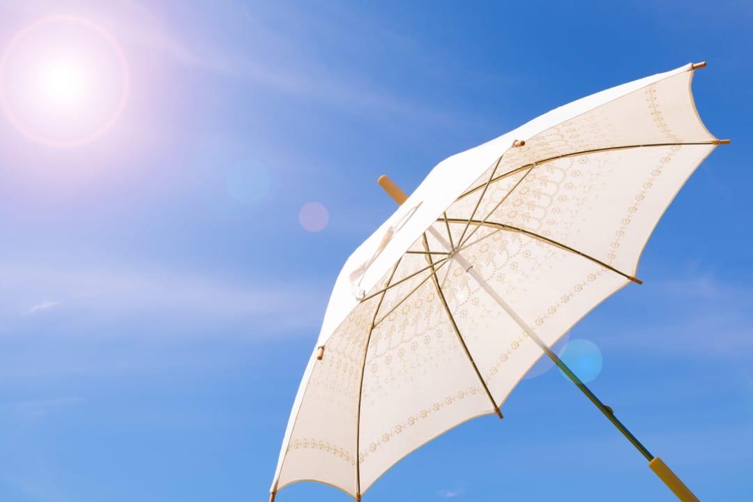 自然と距離が生まれる!この夏はソーシャルディスタンスが保てる大きめ日傘で決まり!