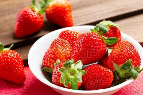イチゴを食べるのは上から?下から?「より甘く感じる食べ方」知らなきゃ損!