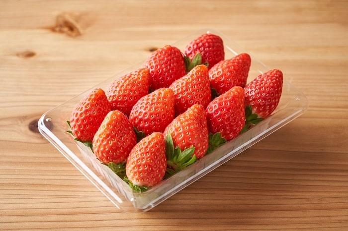 「パックのまま冷蔵庫」はNG?!イチゴを買ったらするべき正しい保存法とは