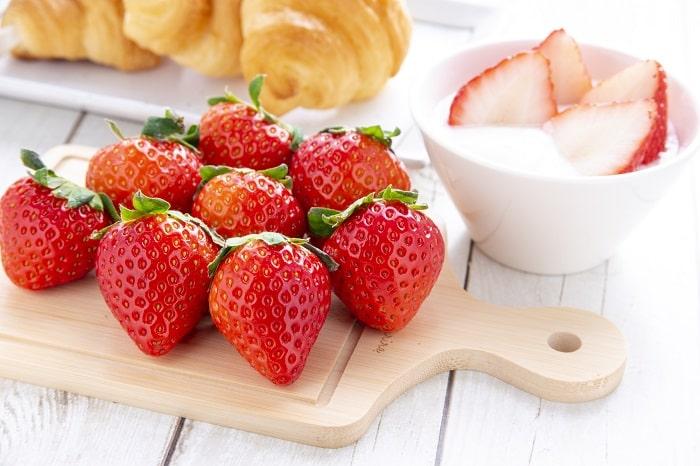 「イチゴのヘタを一瞬で取る裏ワザ」が便利すぎ!包丁いらずの方法とは?