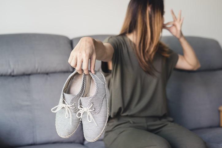 靴はなんで嫌なニオイになるの? くつ乾燥機でニオイ対策