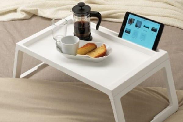 GWの巣ごもりに!タブレットが立つ『ベッドテーブル』でのんびり動画鑑賞♪