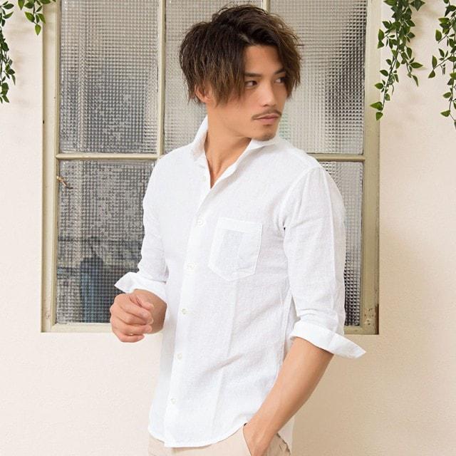白の襟付きシャツ